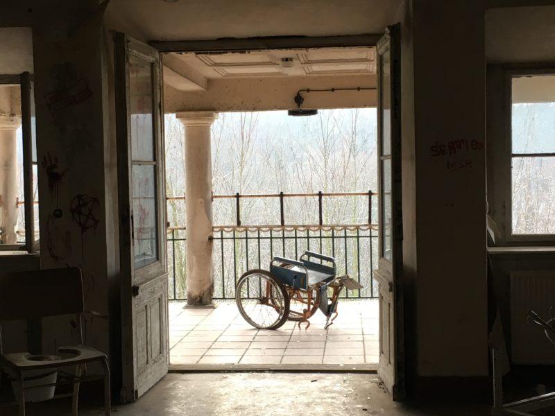 Rollstuhl in einem verlassenen Pflegeheim, Lost Place, außergewöhnliche Geocaches